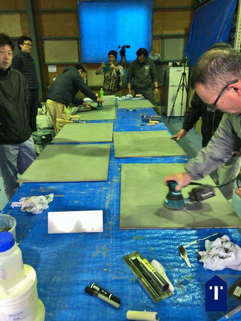 モールテックスの塗り板の研磨の様子。