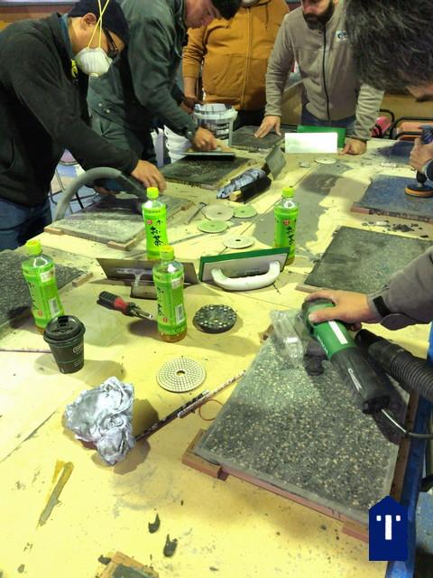 ビールストーンの塗り板の研磨の様子。